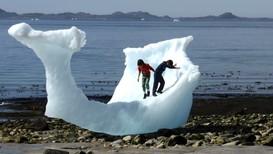 Barn leker på isen på stranda ved Nuuk - Foto: Reuters File Photo/Reuters