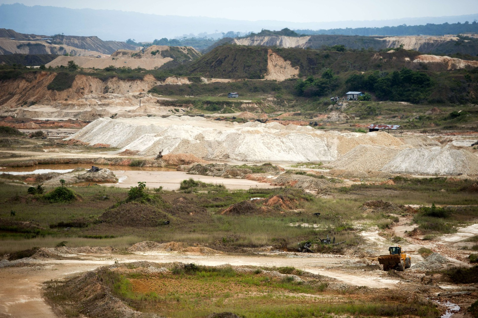 I mange tropiske land er 50–90 prosent av hogsten illegal. Dette bildet viser regnskog i Puerto Maldonad, Amazonas, Peru som er ulovlig felt av narkokarteller.