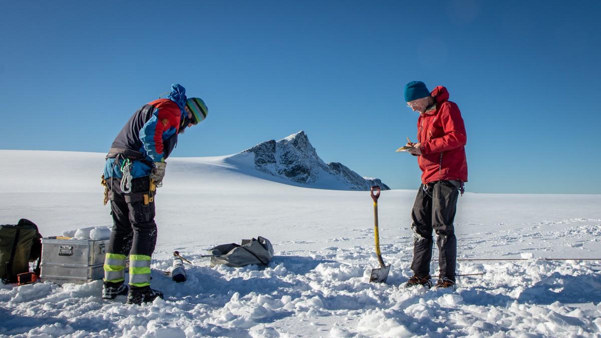 GODE TAL: Målingstala for dei norske breane har dei siste åra vore alarmerande. I år breane fleire stader i landet nesten ikkje krympa, ifølgje NVE. Her frå målinga på Nigardsbreen.
