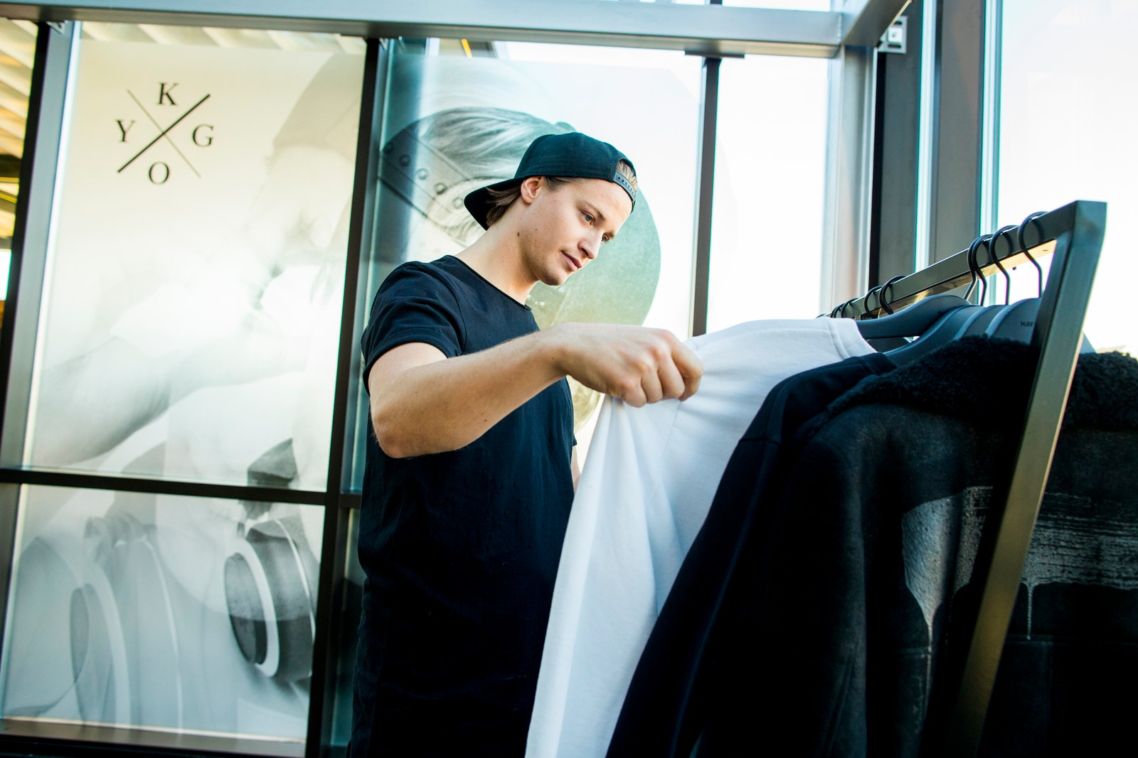 Kygo (Kyrre Gørvell-Dahll) sjekker ut sin kleskolleksjon Kygo Life før lanseringen på Strøm i Oslo onsdag kveld.