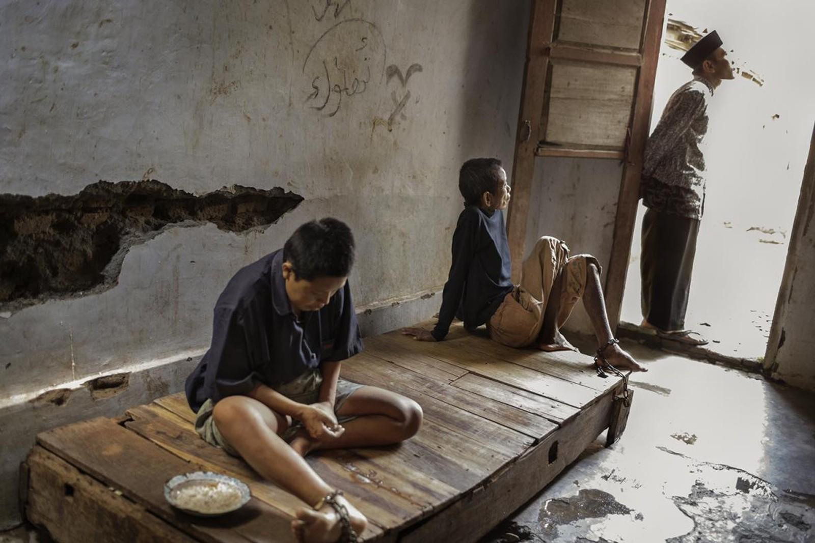 Disse to mennene helbredes med bønn, velsignelse og å drikke spesielle drikker for å fordrive onder ånder. De bor på et islamsk healingsenter i Indonesia.