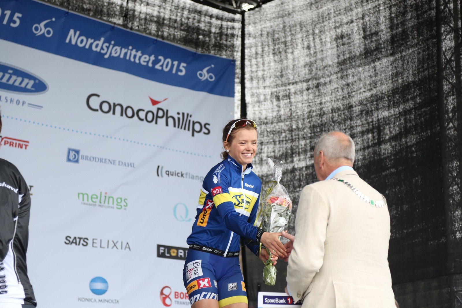 Susanne Andersen får premie av Sandnes-ordfører Stanley Wirak.