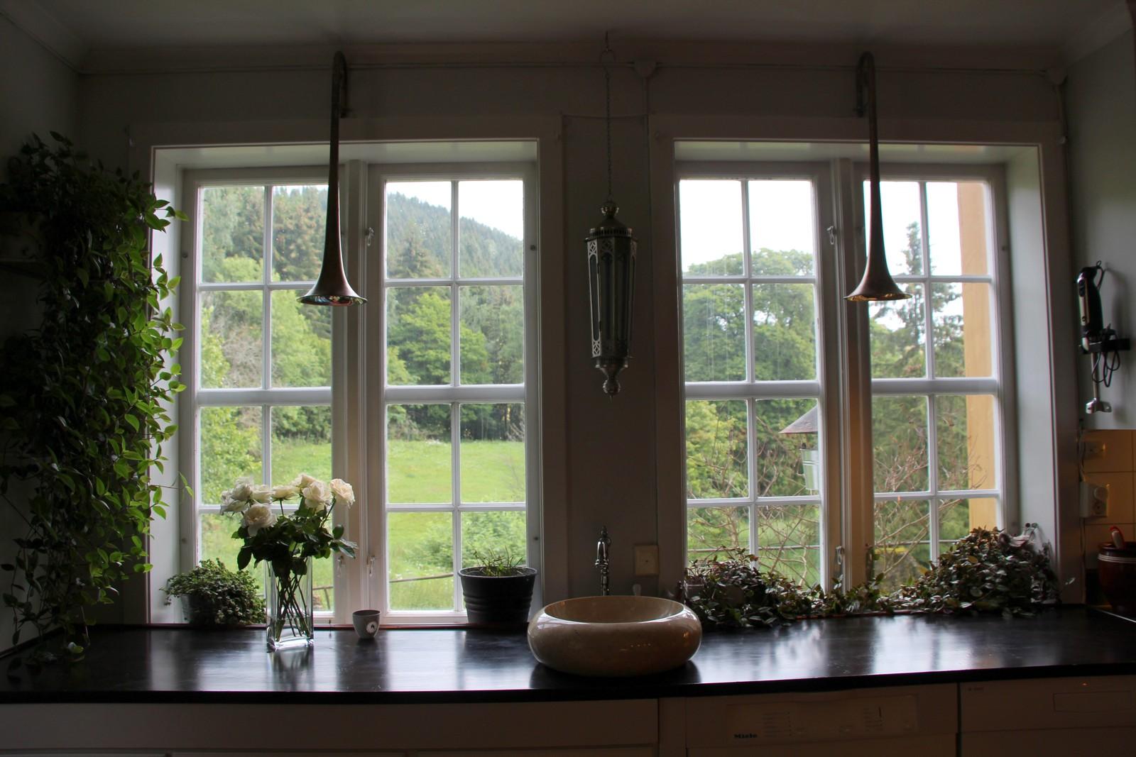 REDESIGN: Tromboner omvandlet til lys i rustikk stil i kjøkkenvinduene.