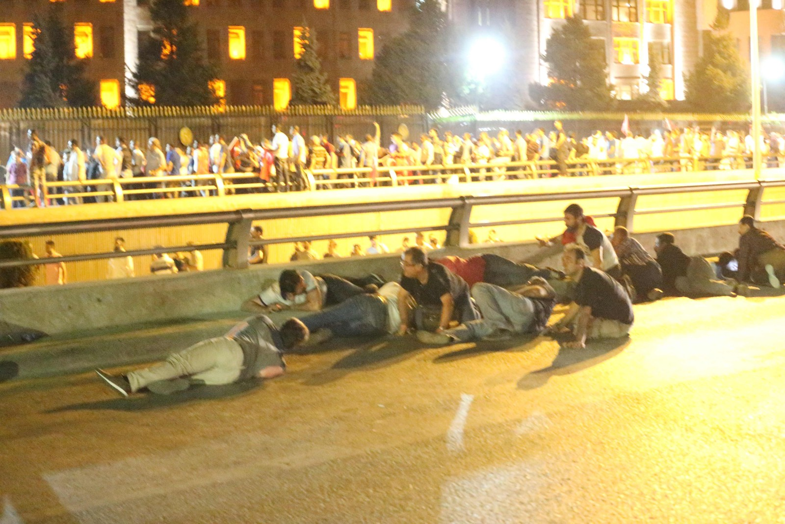 Folk søker dekning etter at militæret skjøt mot dem da de forsøkte å krysse Bosporos-broen.