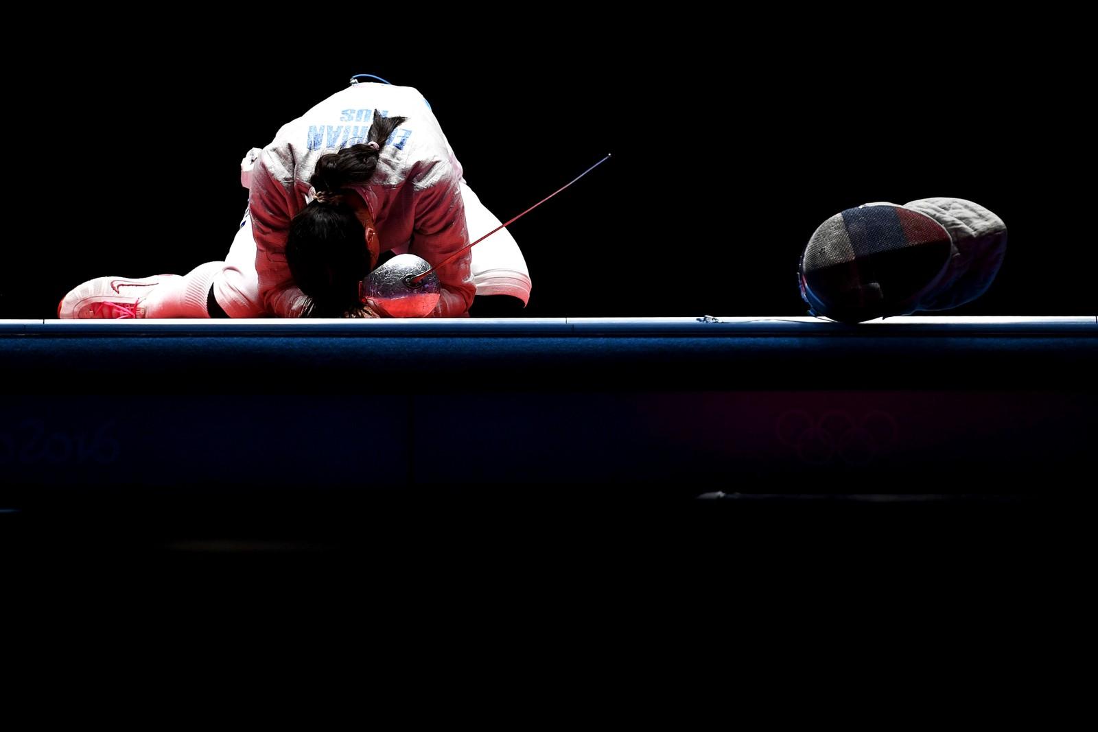 Russiske Jana Jegorjan feirer med alle følelsene etter å ha fått OL-gull i sabel. Hun beseiret landskvinnen Sofja Velikaja i OL i Rio i Brasil den 8. august.