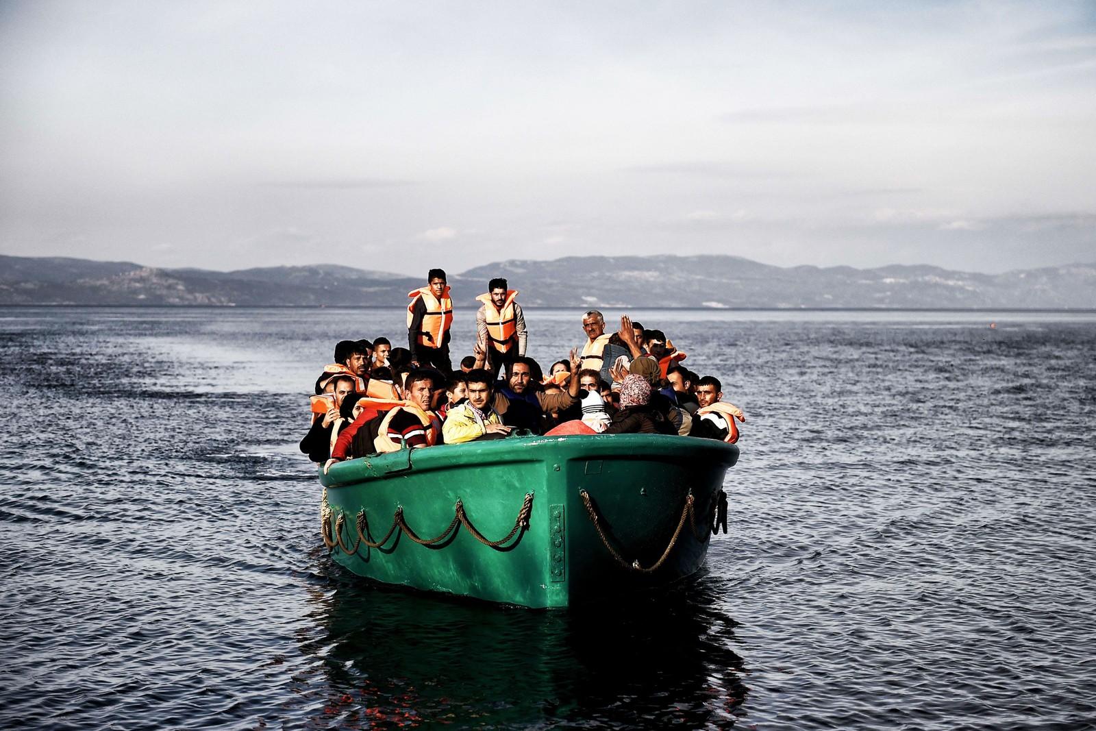 En båt med flyktninger kommer frem til Lesvos 10. november 2015.
