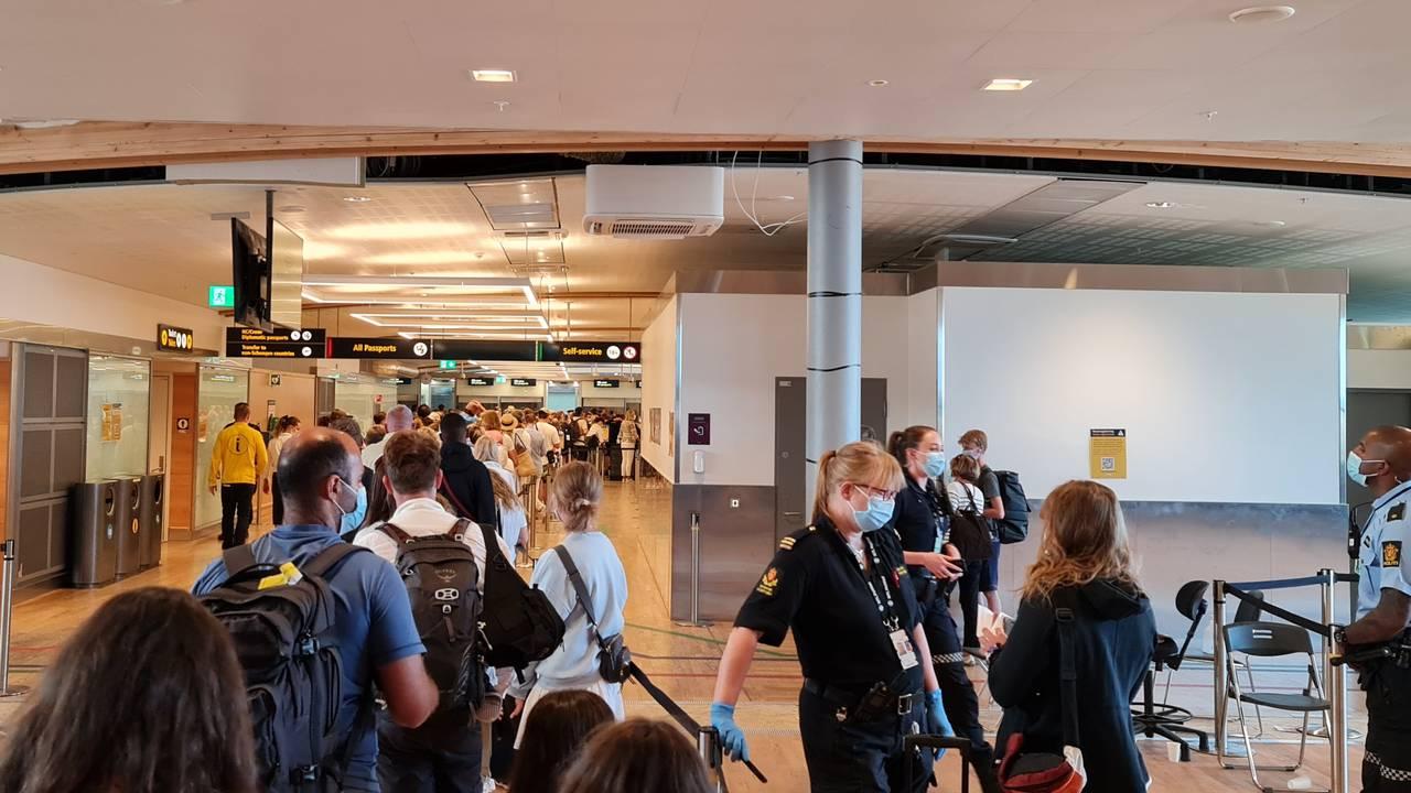 Fredag ettermiddag er det lang kø i grensekontrollen på Oslo lufthavn.