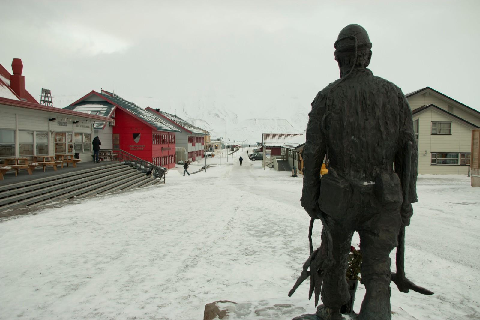 """""""Gruvearbeideren"""", en skulptur av Tore Bjørn Skjølsvik."""
