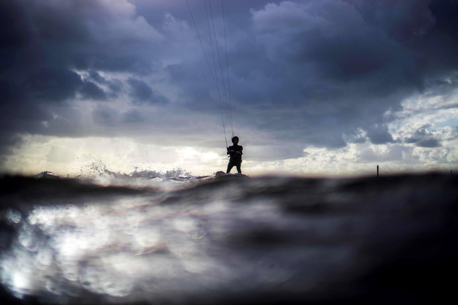 En mann kiter i Andernos-les-Bains i Frankrike.