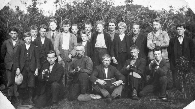 Skyttararlaga samla mange gutar og menn tidleg på 1900-talet. Dette er medlemer i Hyllestad skyttarlag på 1920-talet. Foto: Bjarne Råsberg. © Fylkesarkivet.
