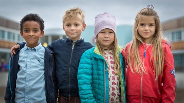 Thelma, Sofie, Gabi og Oscar er fem år og førskolebarn. Snart skal de gi slipp på alt det trygge og kjente i barnehagen og begynne i første klasse. NRK Super har fulgt dem gjennom et halvt år med barnehageliv, skoleforberedelser og skolestart.