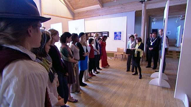 Dronning Sonja møter studentar på UWC. Foto: Cosmin Cosma, NRK.