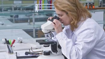 Mikroskop i et laboratorium