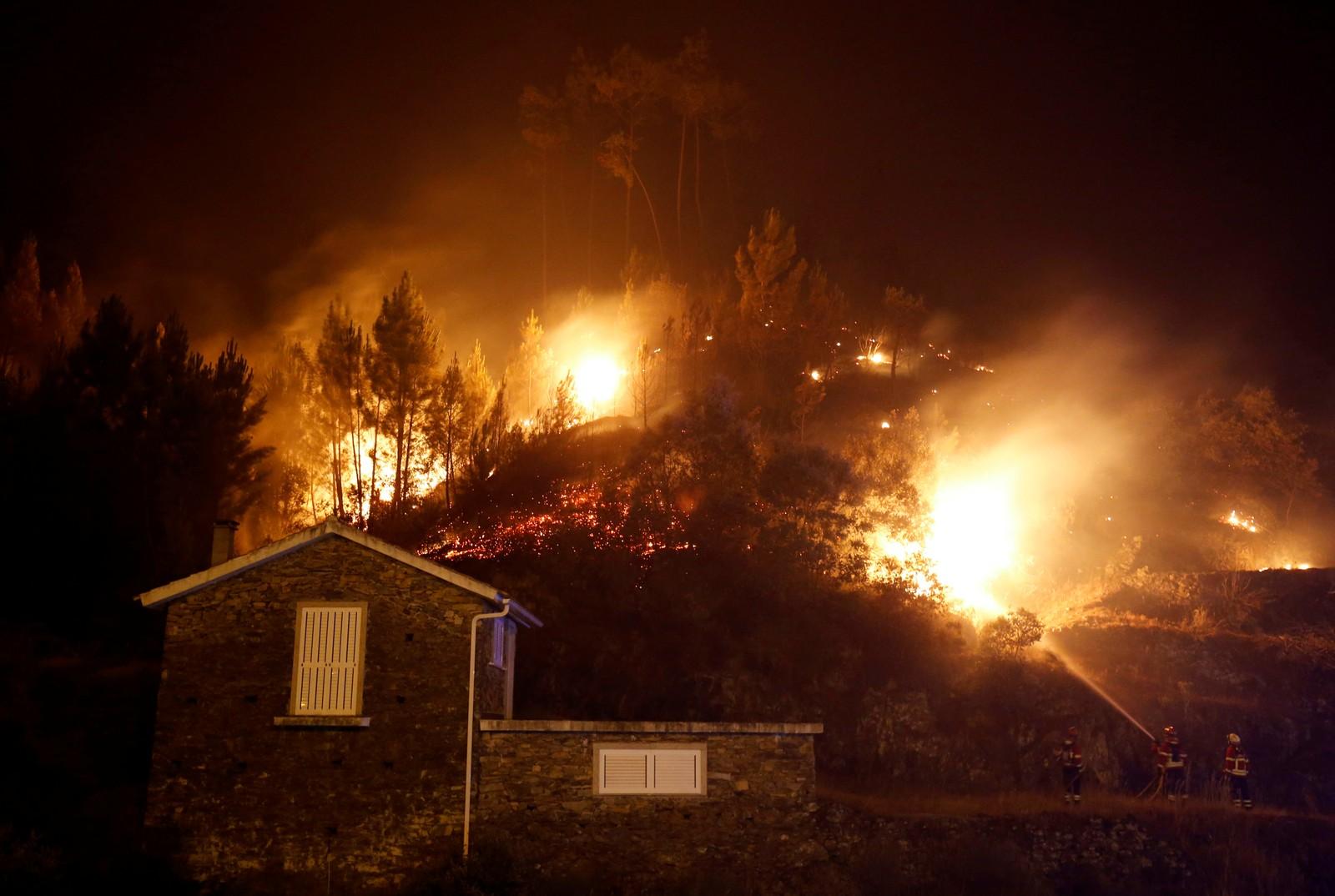 Flammene nærmer seg en hus i Carvalho 19. juni.