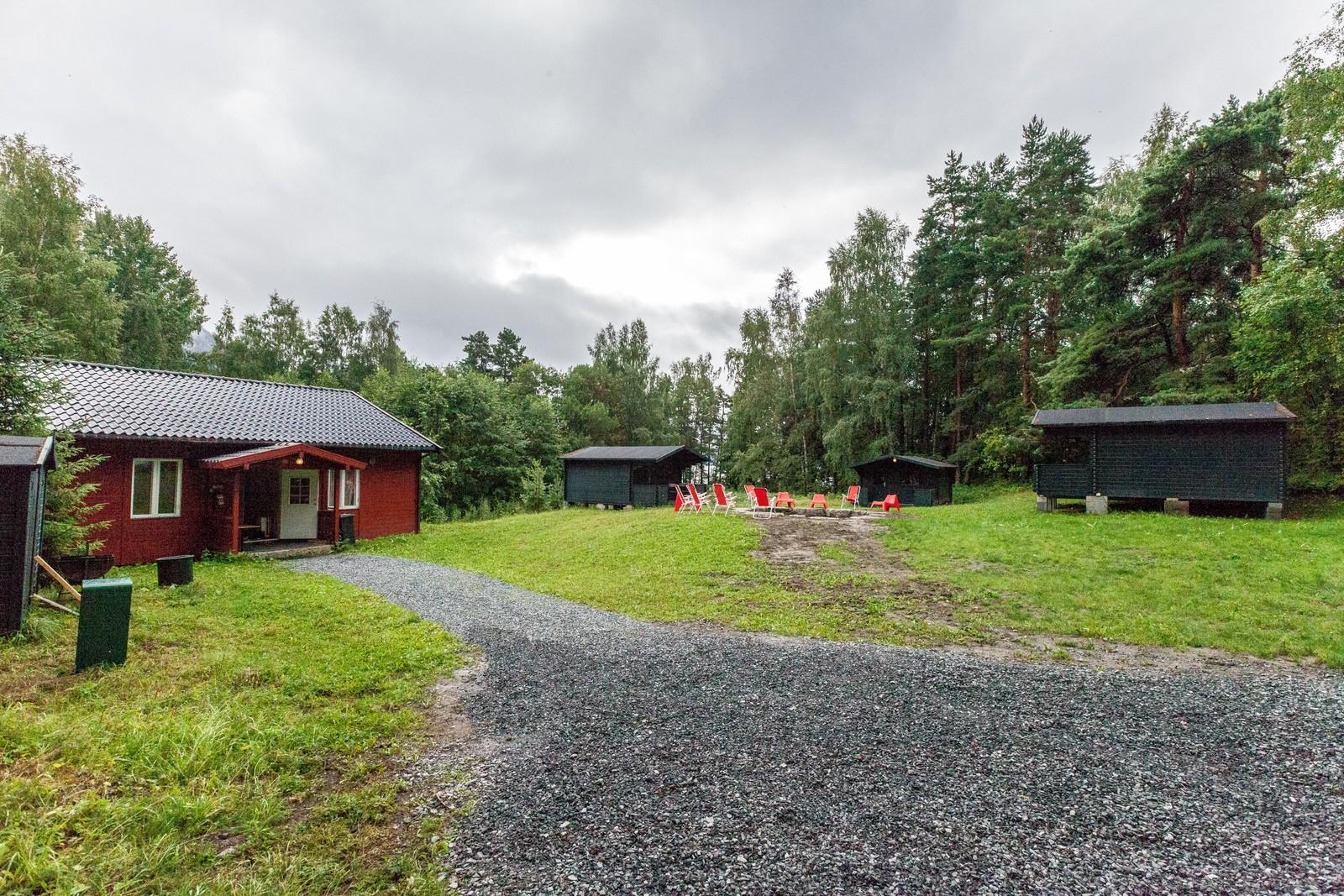 Ved den gamle skolestua er det nå satt opp flere hytter og en grillplass kalt LO-tunet.