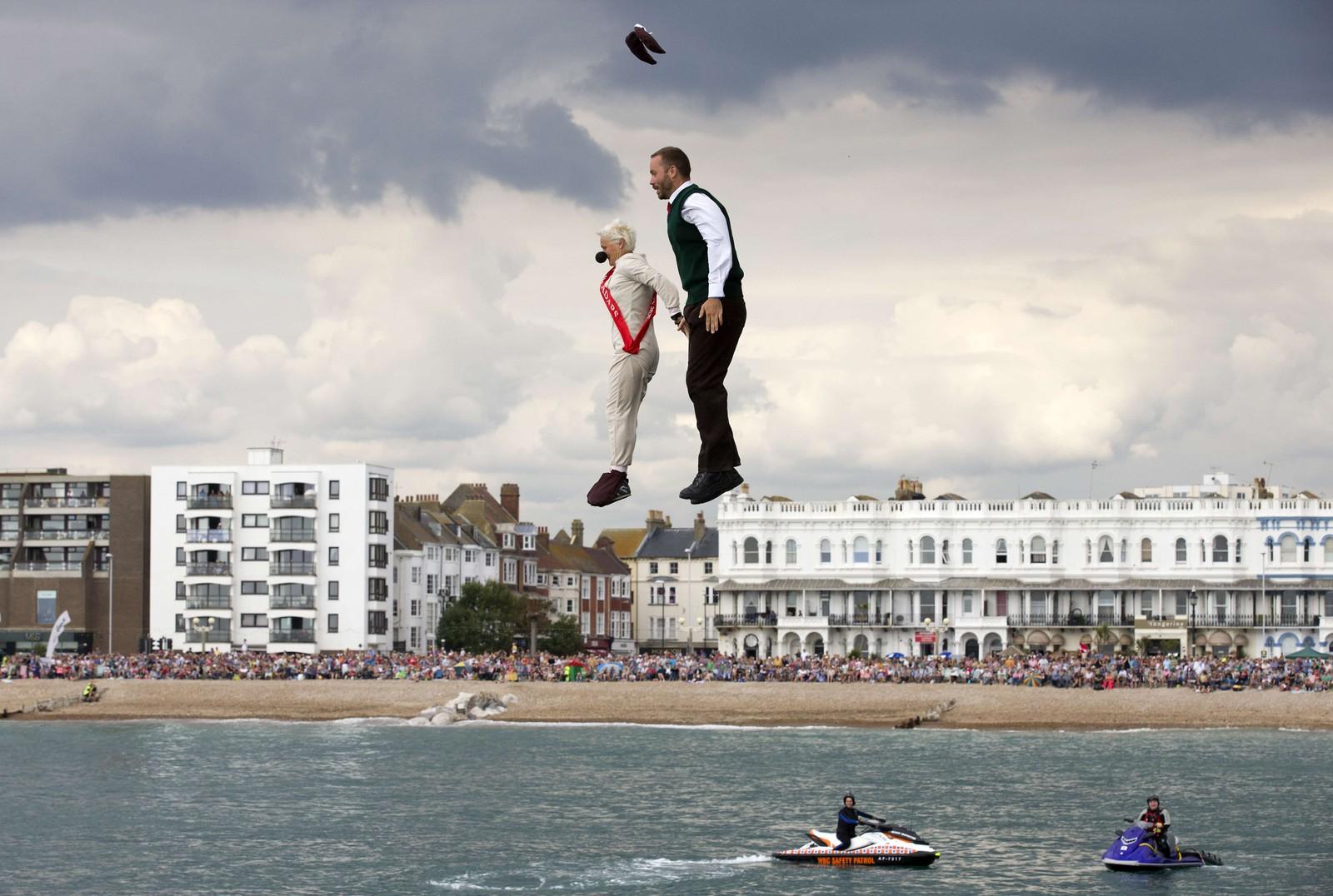 """Dette paret deltok i den årlige """"Birdman""""-konkurransen i West Sussex, England. Deltakerne konkurrerer med diverse menneskedrevne, luftige farkoster over vann."""