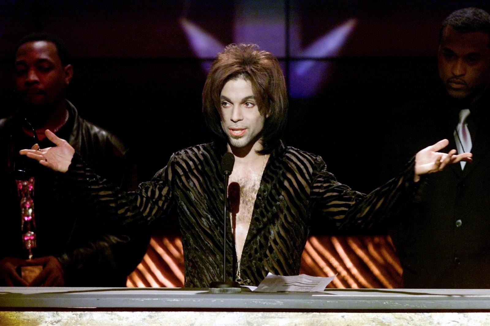 Prince takker etter han vant Tiårets artist av Soul Train Music Awards i år 2000.