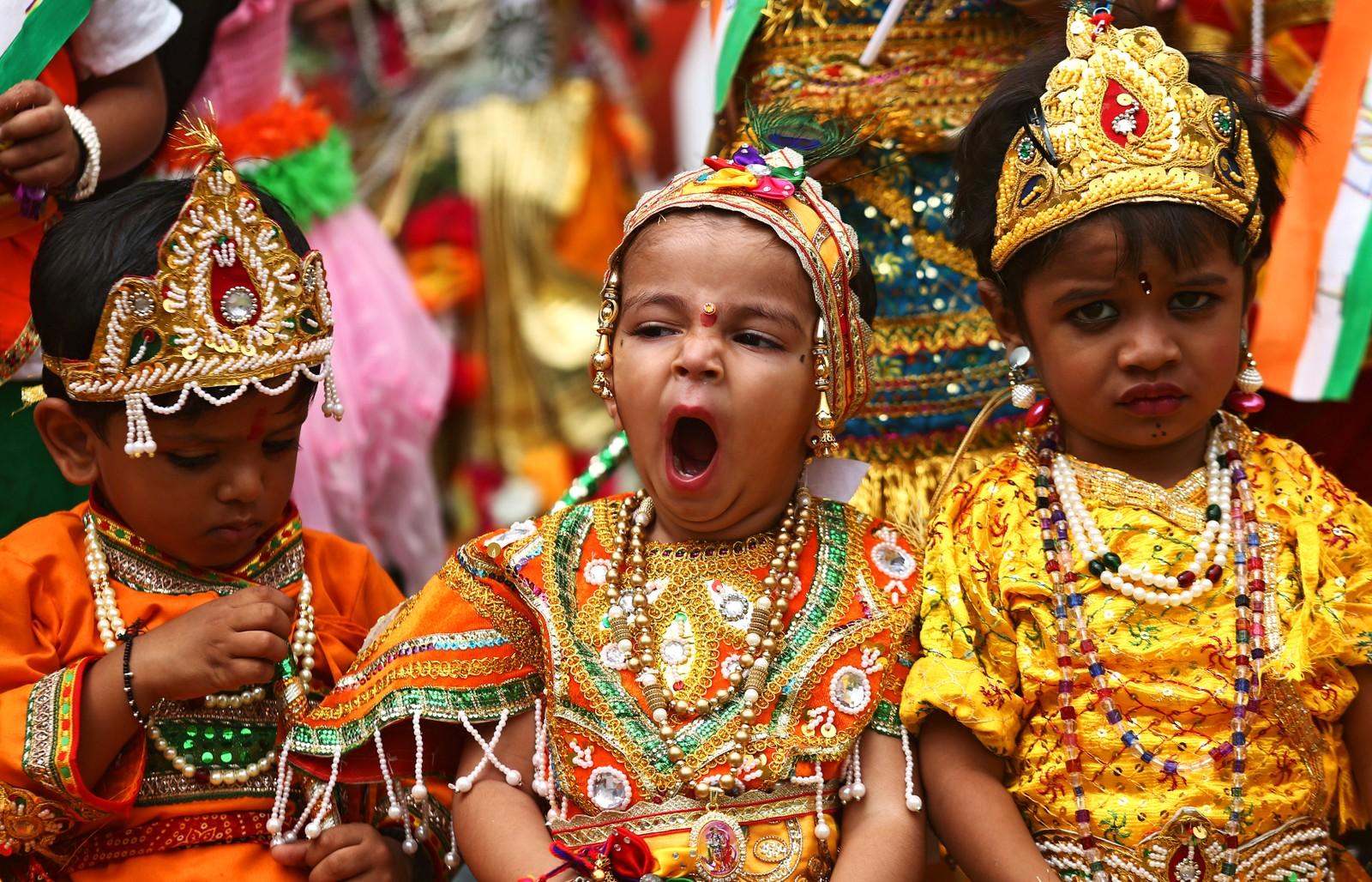 Skolebarn utkledd som Krishna venter på å opptre under festivalen Janmashtami. Festivalen markerer fødselen til Krishna.