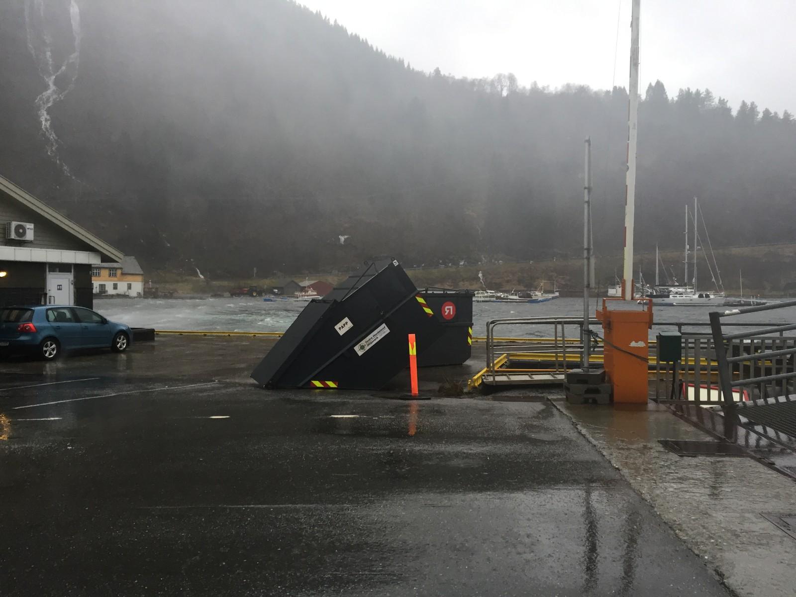BLÅST OVER ENDE: Ved fergeleie i Jondal har en konteiner blåst over ende i 13:30-tida