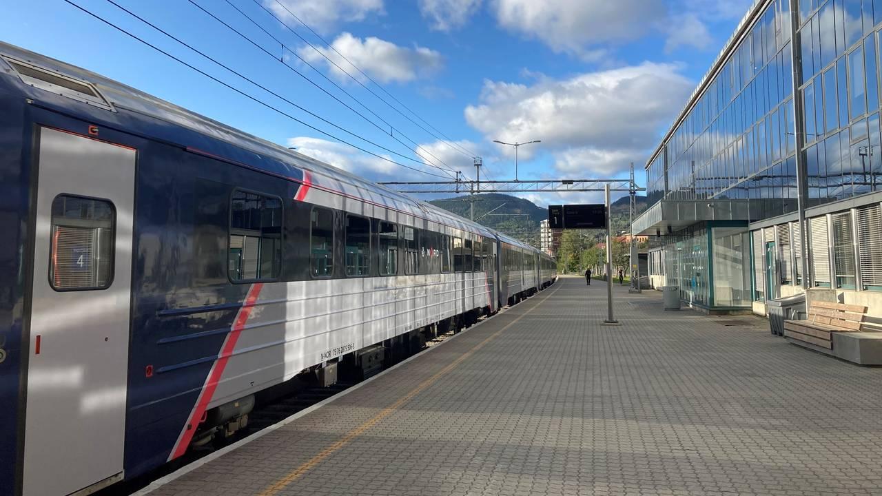 På Lillehammer stasjon står toget stille. Dovrebanen er stengt mellom Lillehammer og Ringebu fordi strømledningen er revet ned av trær som har blåst over ende i den sterke vinden.
