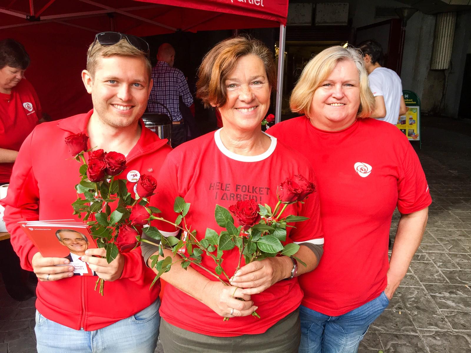 Arbeiderpartiet delte ut røde roser under valgkampmobiliseringen i Korsatunellen i Ålesund lørdag. Fra venstre: Jan Ola Tennøy, valgkampansvarlig for Ap i Ålesund, Eva Vinje Aurdal, ordfører i Ålesund (Ap), Eli S Brandal, bystyrerepresentant (Ap)