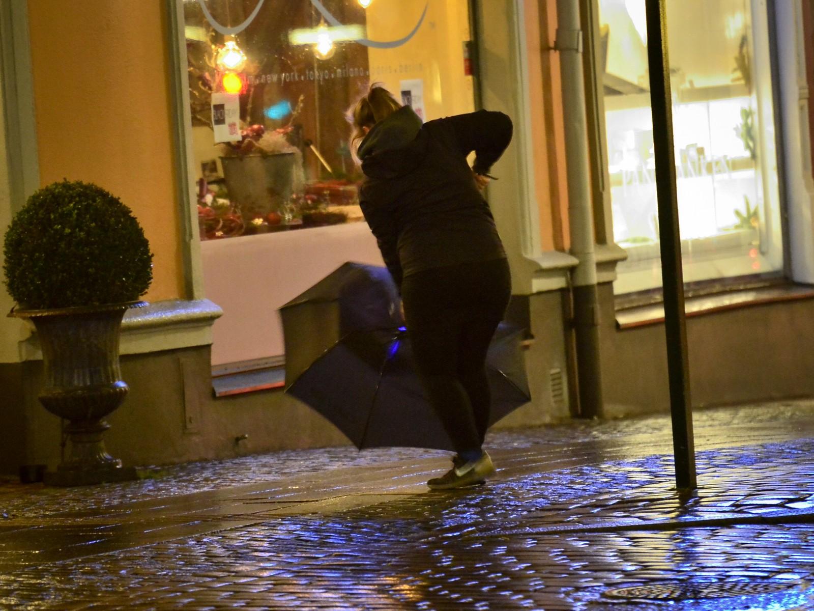 Meteorologer advarer folk mot å gå utendørs når stormen er på sitt verste.