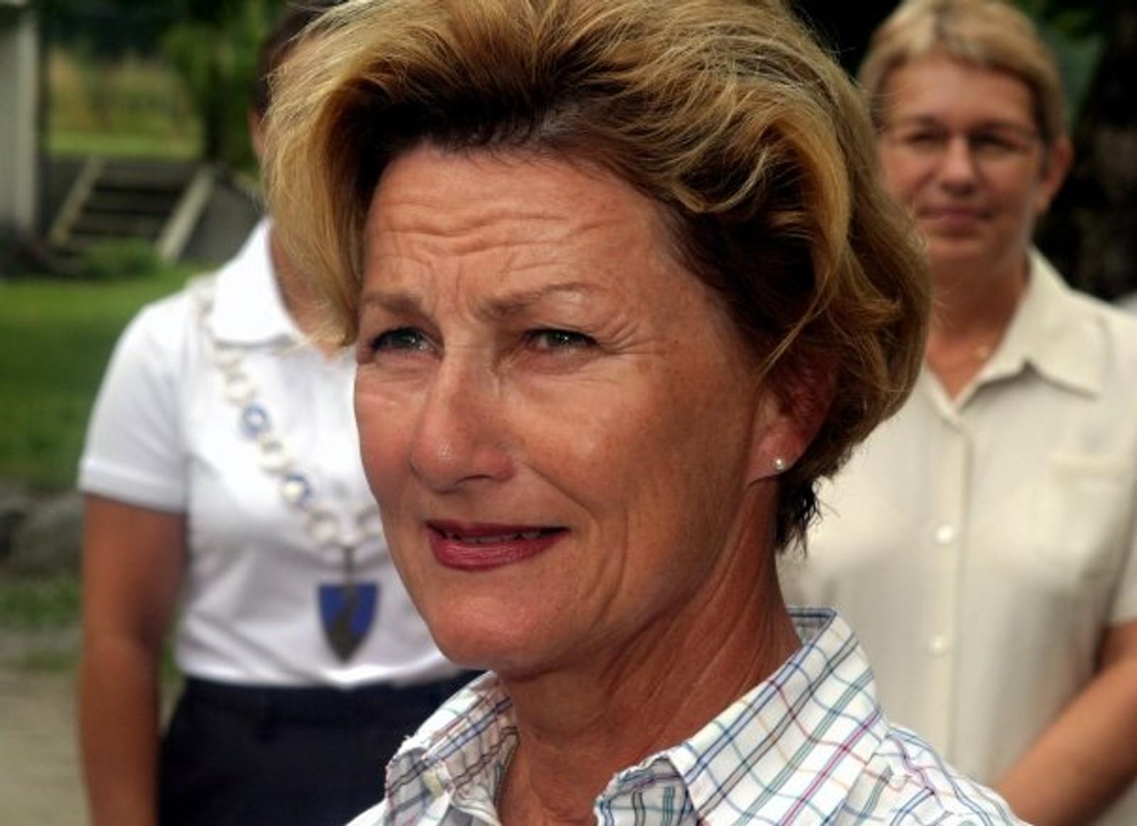 FJÆRLAND: Dronning Sonja felte ei tåre og to då ho besøkte Øygard i Fjærland i 2004. Ho var nær ven med turleiar Anders Øygard, som då hadde gått bort.