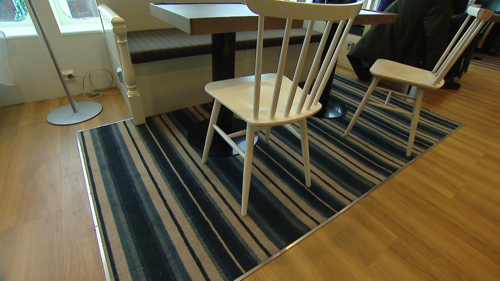 Interiørbilde fra Multe bakeri. Pinnestolene er ifølge personalet testet i storm.