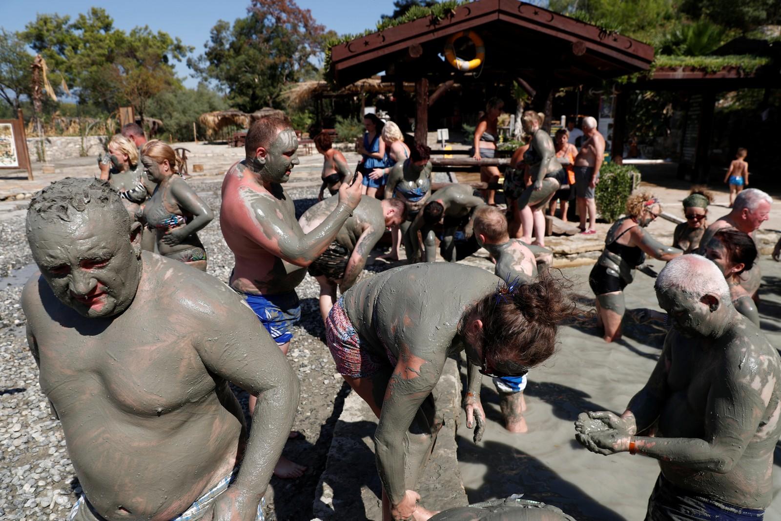 Det hevdes at det er bra for helsa å bade i den svovelholdige gjørma i Dalyan, Tyrkia. Det later i hvert fall til at turistene lar seg lokke dit for å prøve.