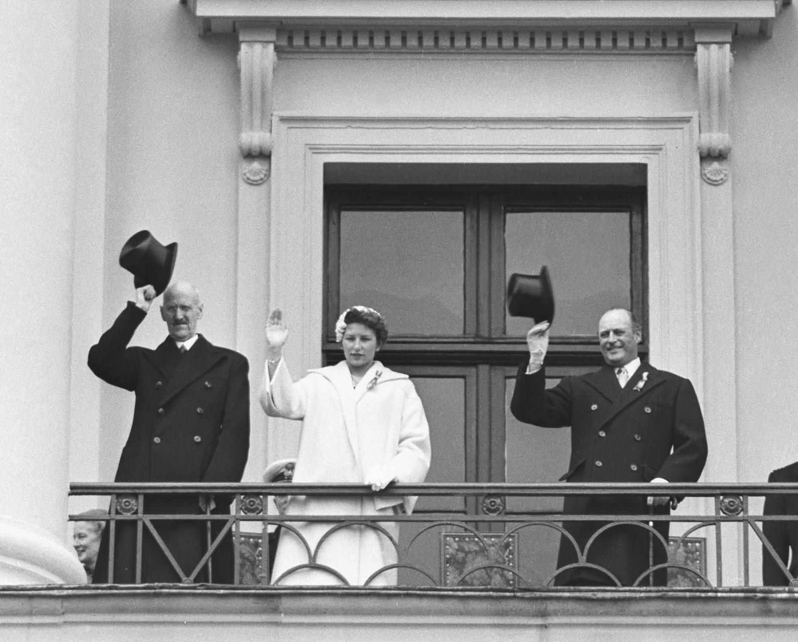 FØRSTEDAME: Alvor prega den unge førstedama på slottsbalkongen i 1955. Saman med ein aldrande kong Haakon VII og ein sørgande kronprins Olav.