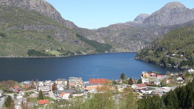 Kommunesenteret Dale. Utsynet mot fjorden blir annleis når Dalsfjordbrua blir bygd mellom Nishammaren til høgre og Otterstein på andre sida av fjorden. Foto: Ottar Starheim, NRK.