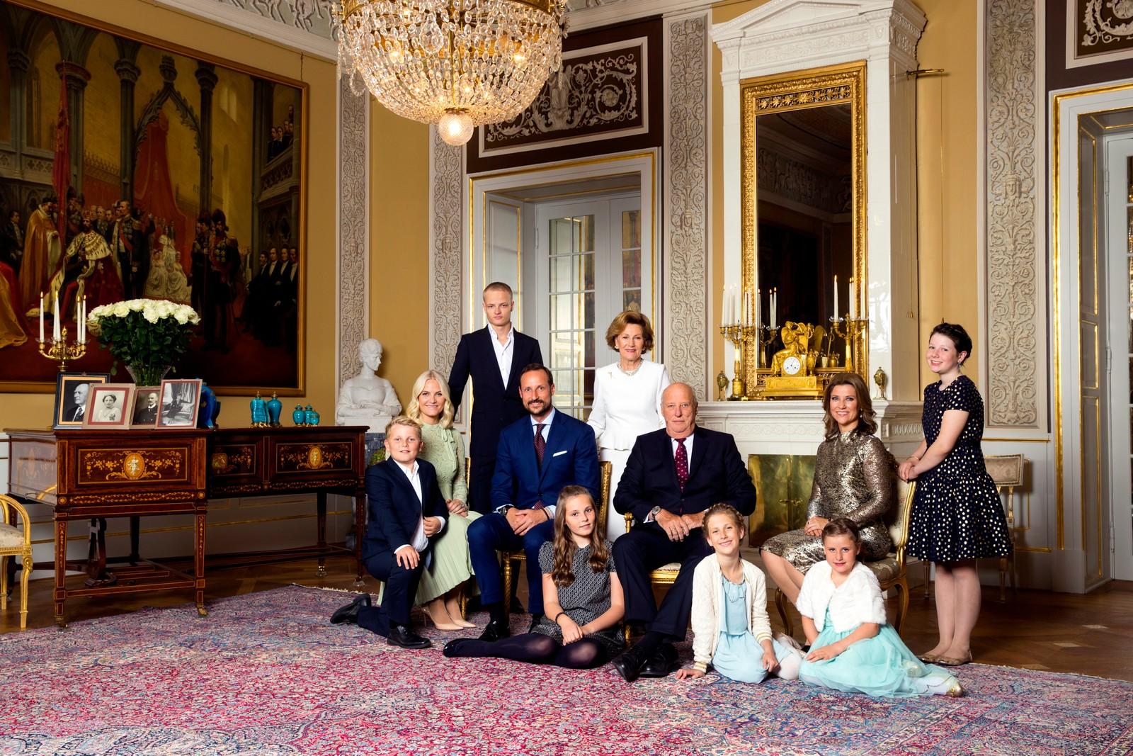 Kongefamilien fotografert i den hvite salong på Slottet i Oslo i forbindelse med kongens 80-årsdag.