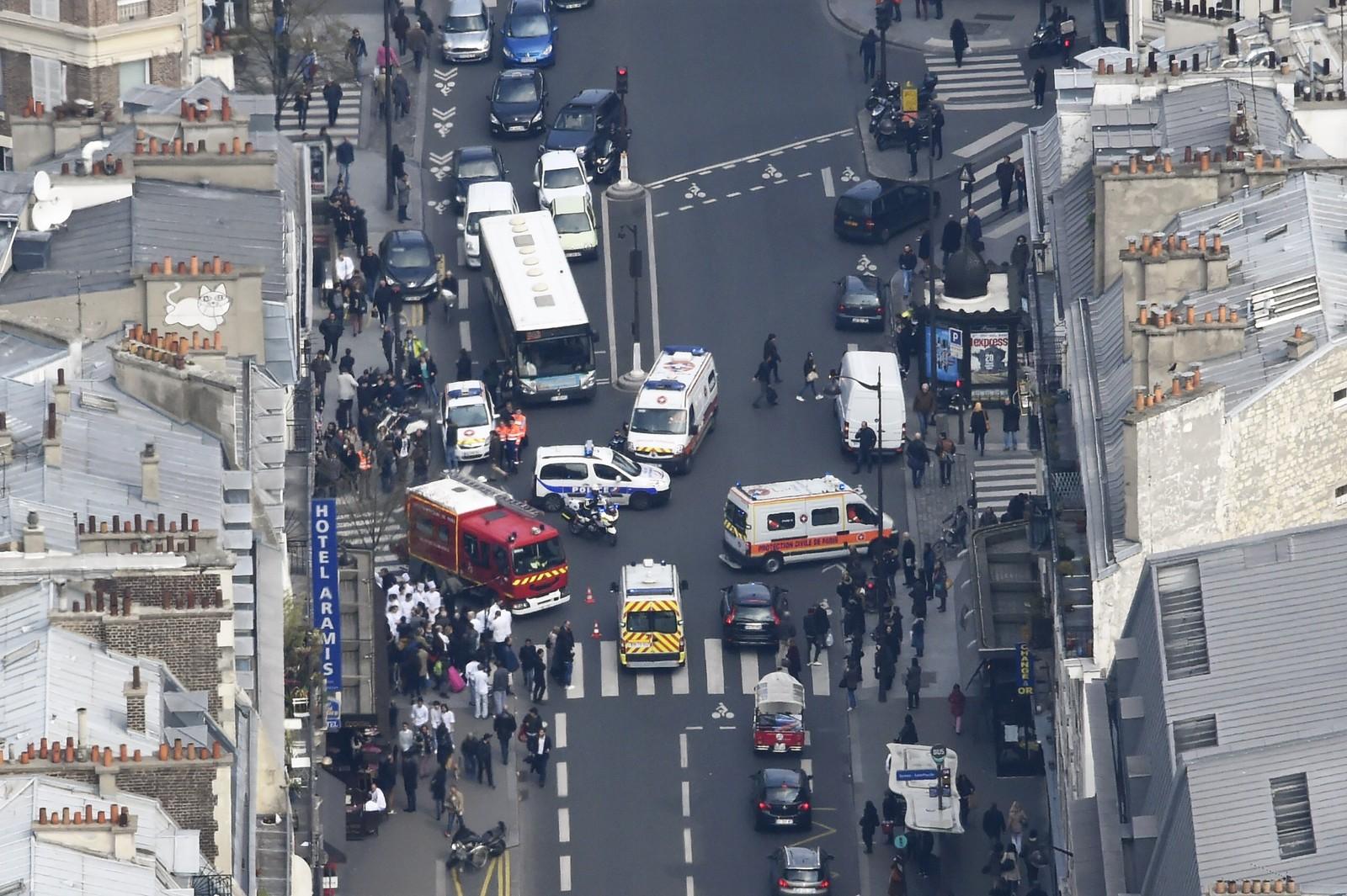 Gata ble fylt av redningsmannskaper.