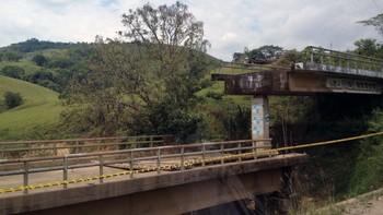 Bro sprengt utenfor San Carlos, Colombia