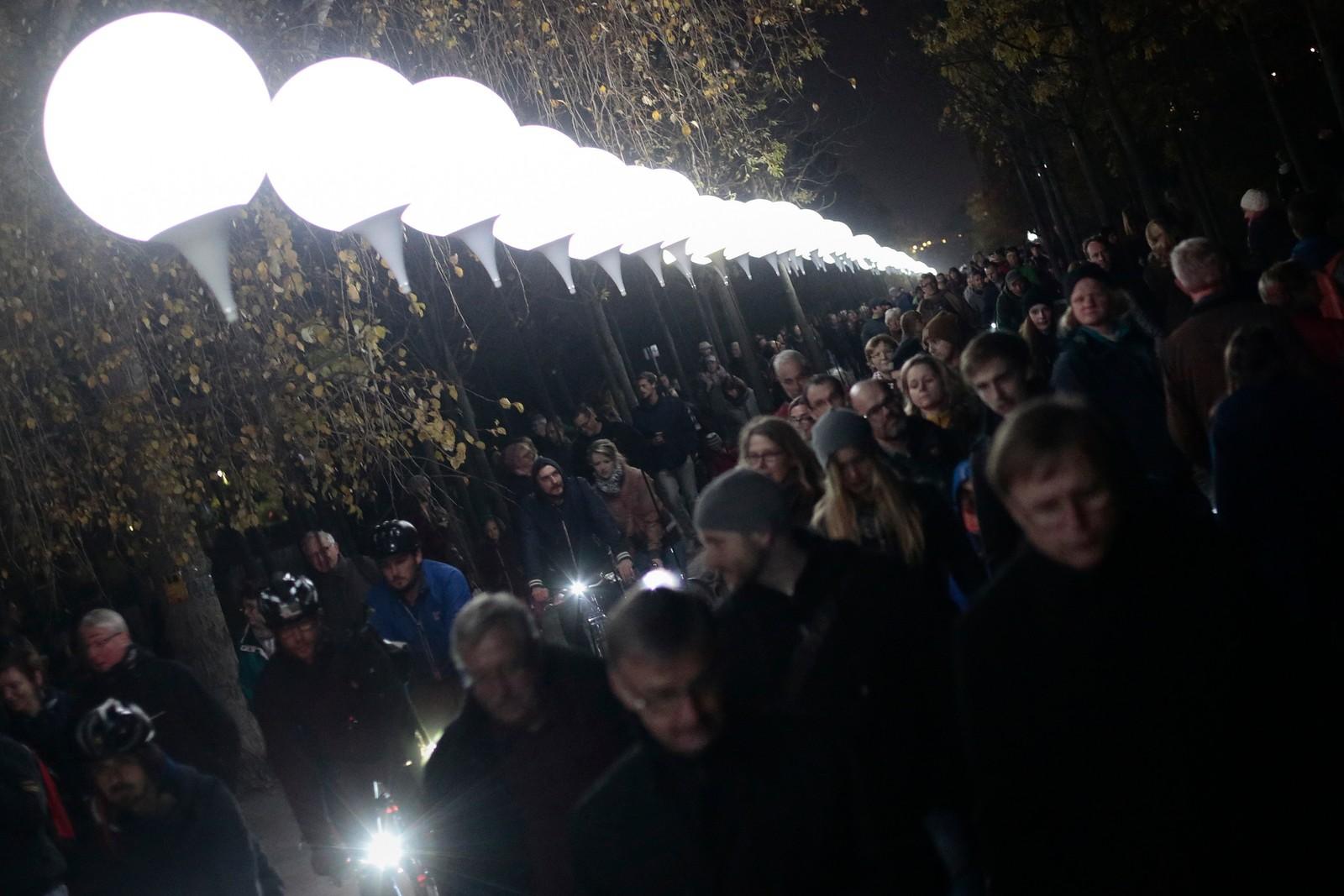 Berlin Lichtgrenze. Lysende ballonger markerer hvor Berlinmuren gikk.