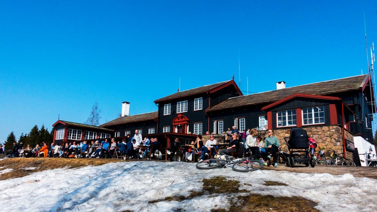 Grefsenkollen restaurant i Oslo en vårdag i april 2018. 60 av de 92 vårdagene i Oslo i 2018 var over normalen for perioden 1960–1990.