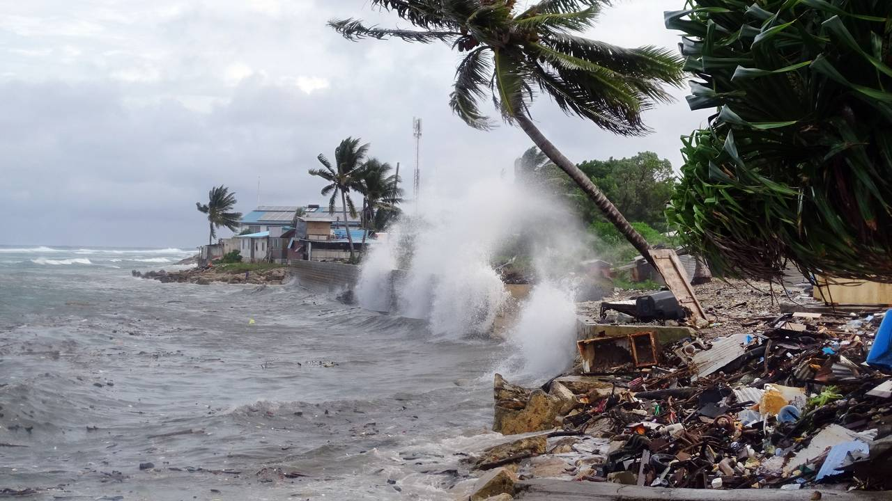 Store bølger slår inn mot kysten av hovedstaden Majuro på Marshalløyene i November 2019.
