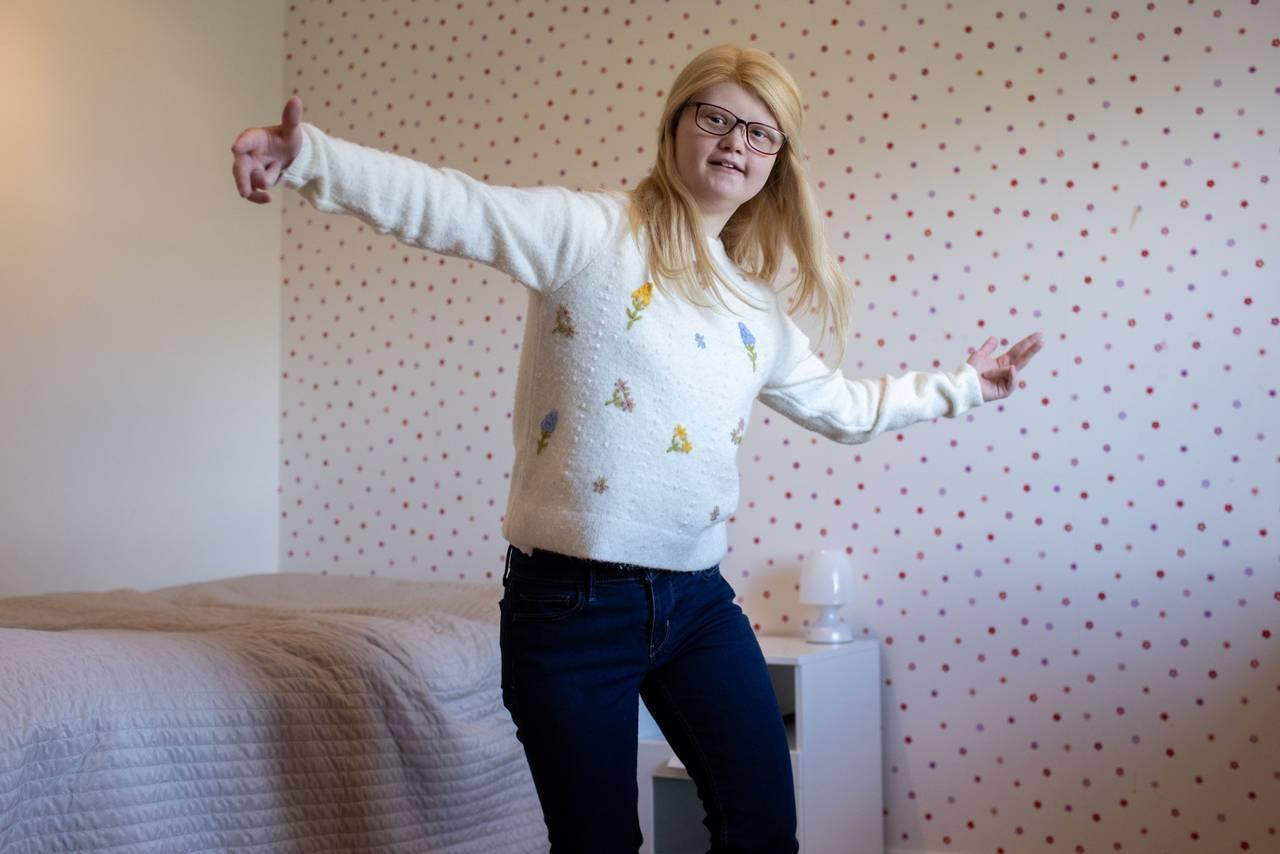 Bentine danser på rommet sitt.