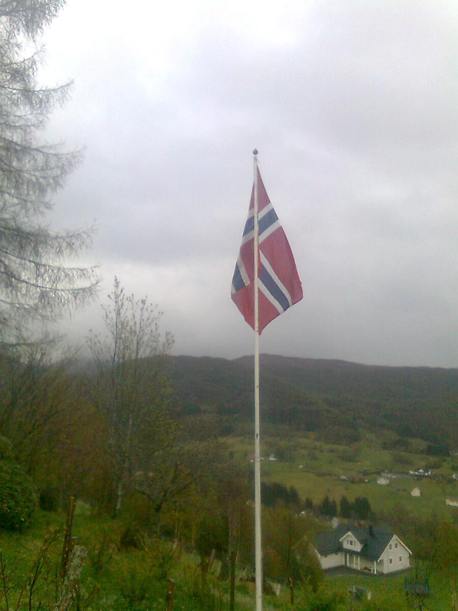 Flagget kom opp kl. 08, skriv innsendaren.