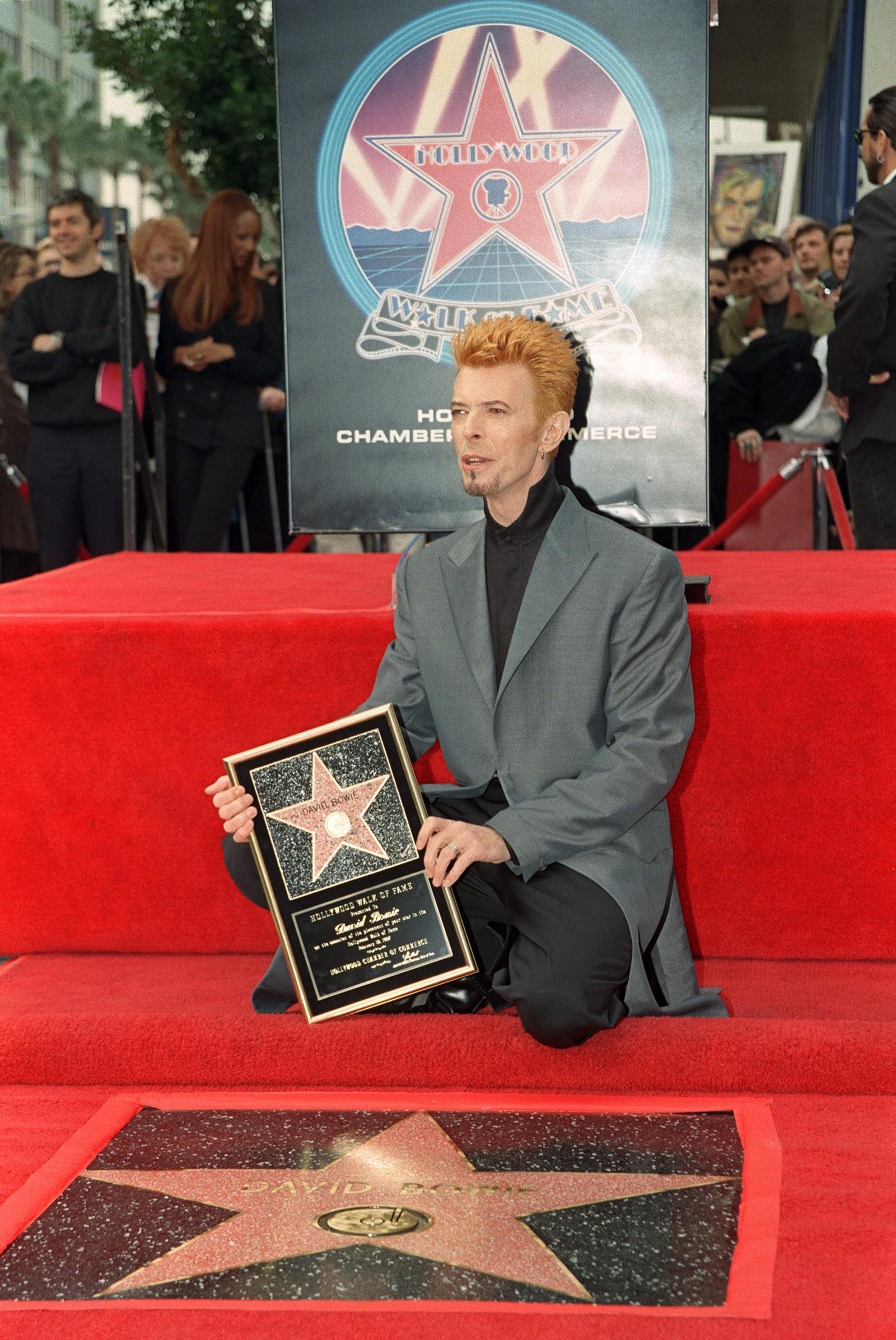 """Den britiske rockestjernen trer inn i verdenskjente """"Walk of Fame"""" i Hollywood i Los Angeles. Bildet er tatt 12. februar 1997."""