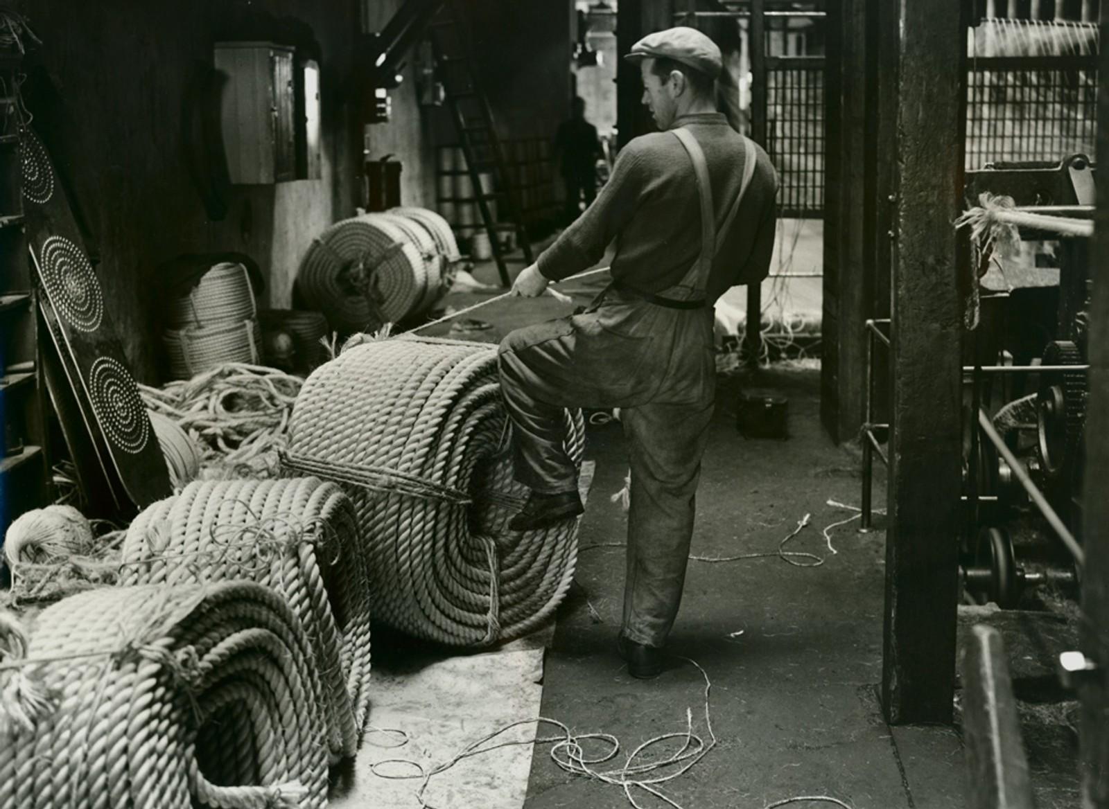 Ansatt som arbeider med tauverk. Sannsynligvis 1947 – samme type fotoserie som over.