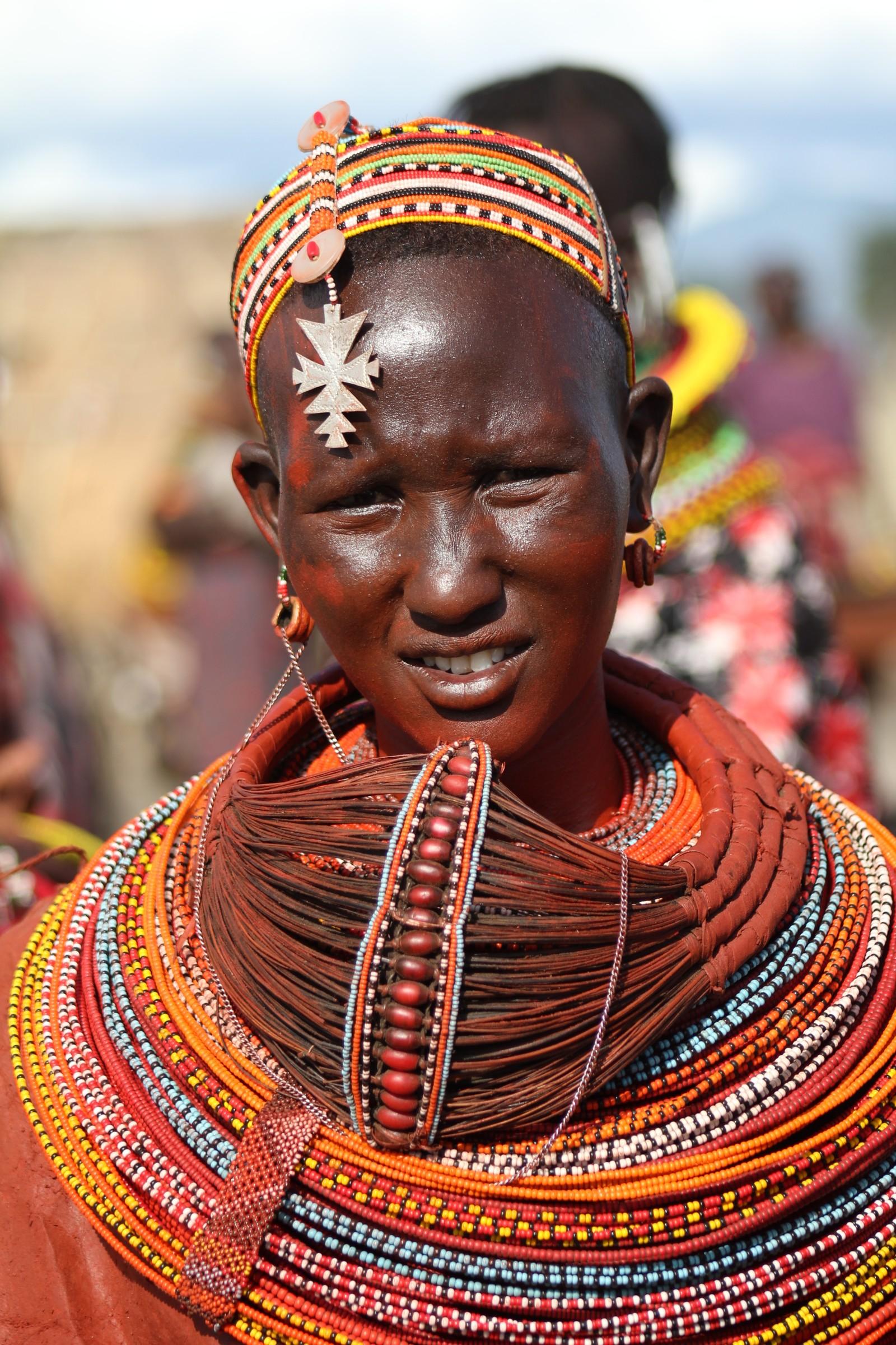 Trådene på ringen hun bærer rundt halsen, er laget av palmetre. Før ble den laget av sebraenes manke.