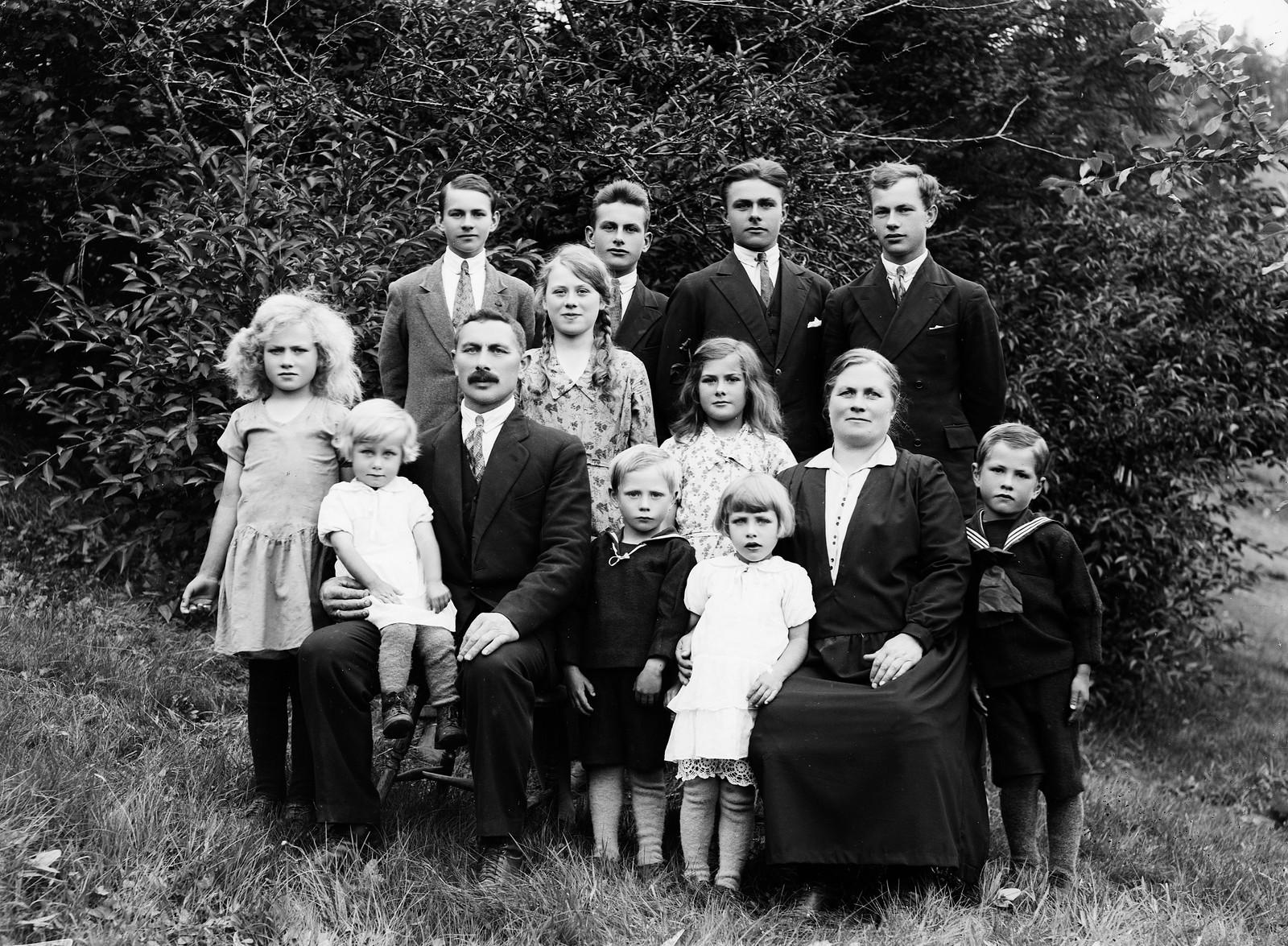 STORE FAMILIAR: På bilete ser ein familien til Kristine Horne Kvammen og Johannes Kvammen, saman med dei 11 borna på Kvammen.
