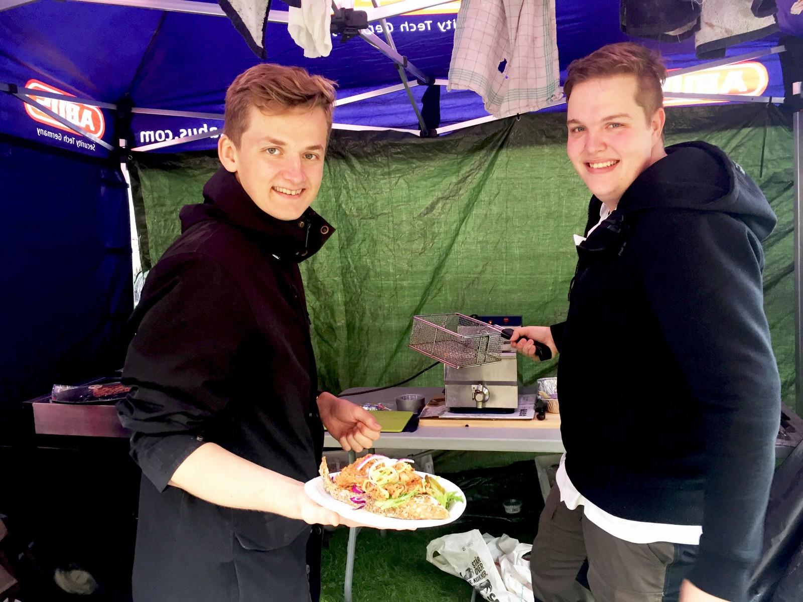 Øivind Bergheim og Rikard Rosseland stod for maten i hagen då sykkelfesten endeleg kom til Landås.