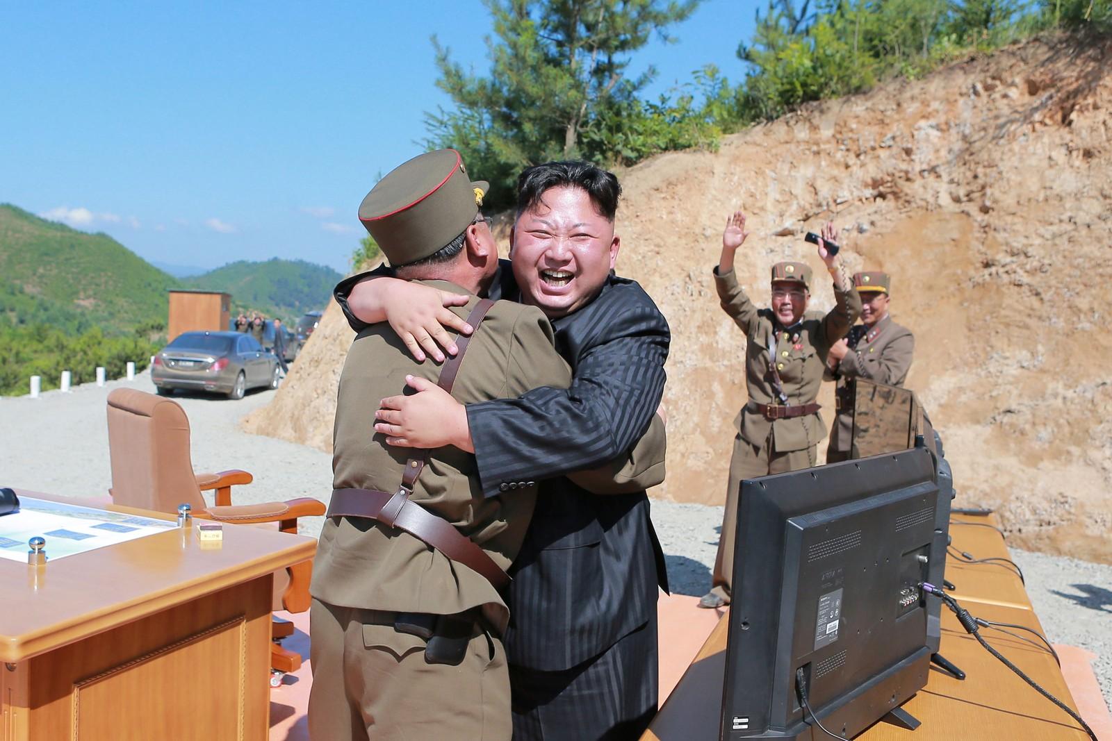 Denne uka skjøt Nord Korea opp en rakett som blant annet førte til at USA innkalte til et lukka møte i FNs sikkerhetsråd. Regimet sendte i den forbindelse ut dette bildet av diktator Kim Jong Un.