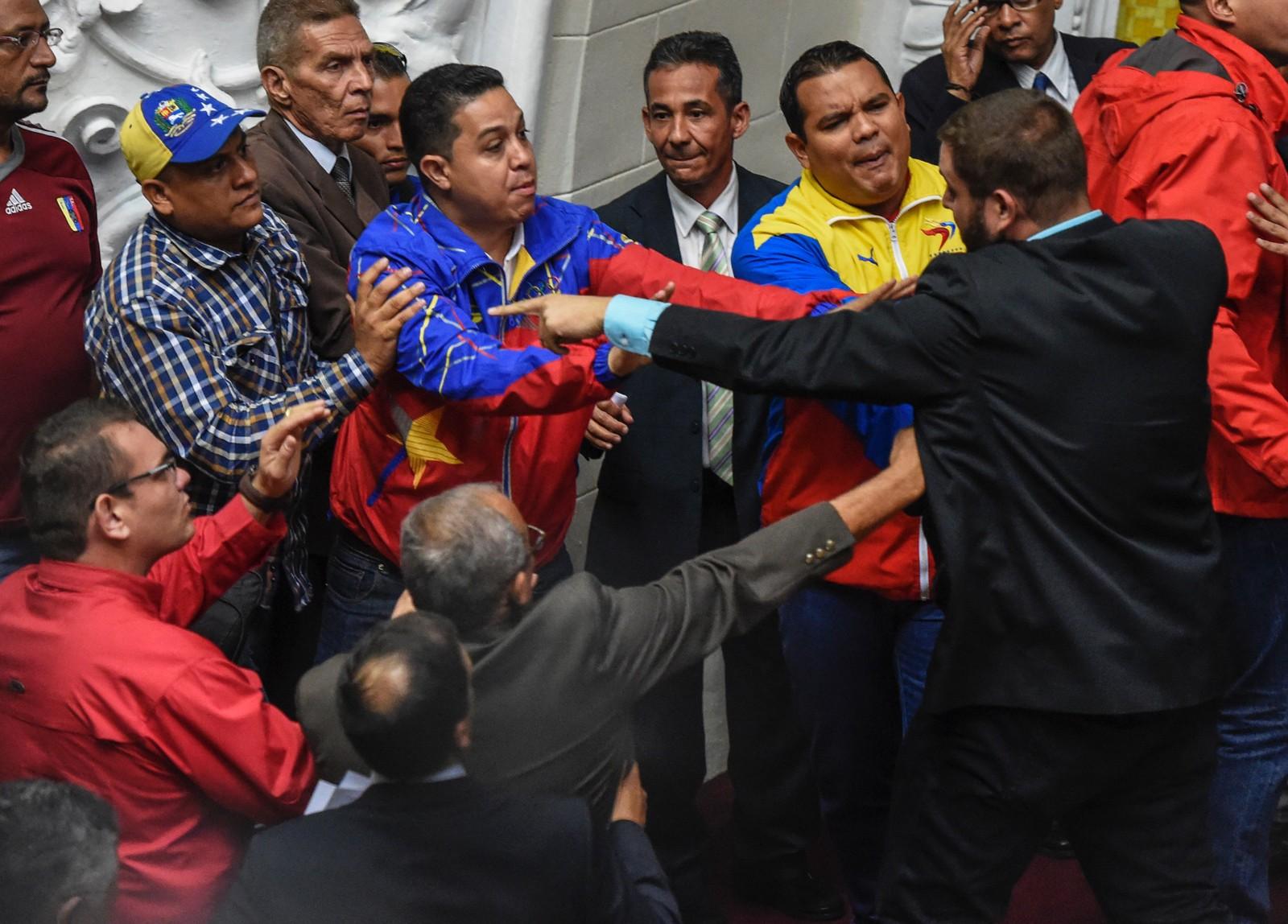 Medlemmer av opposisjonspartiene, MUD og PSUV småsloss i nasjonalforsamlinga 25. oktober.