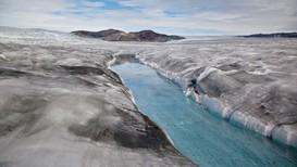 Isen tiner over hele Arktis, og i polare strøk stiger temperaturen dobbelt så fort som andre steder på kloden. Hvis all isen på Grønland smelter, vil havnivået stige med sju meter.