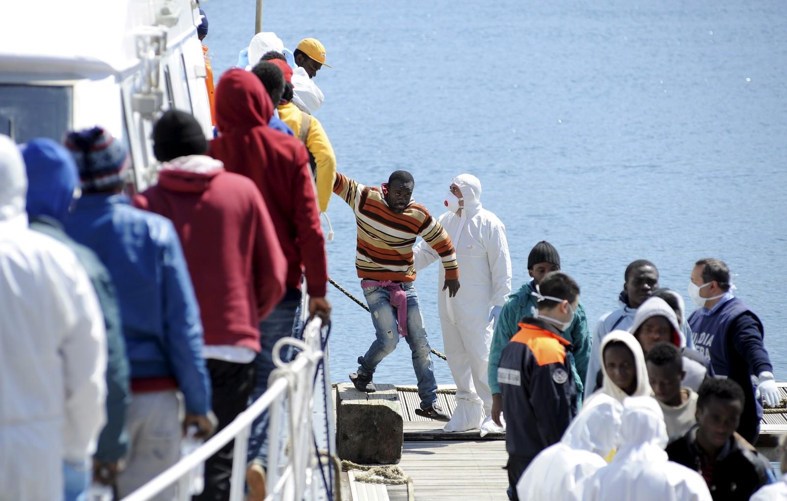Båtflyktninger går i land fra et italiensk kystvaktskip i Palermo på Sicilia 15. april. 1500 kom dette døgnet.