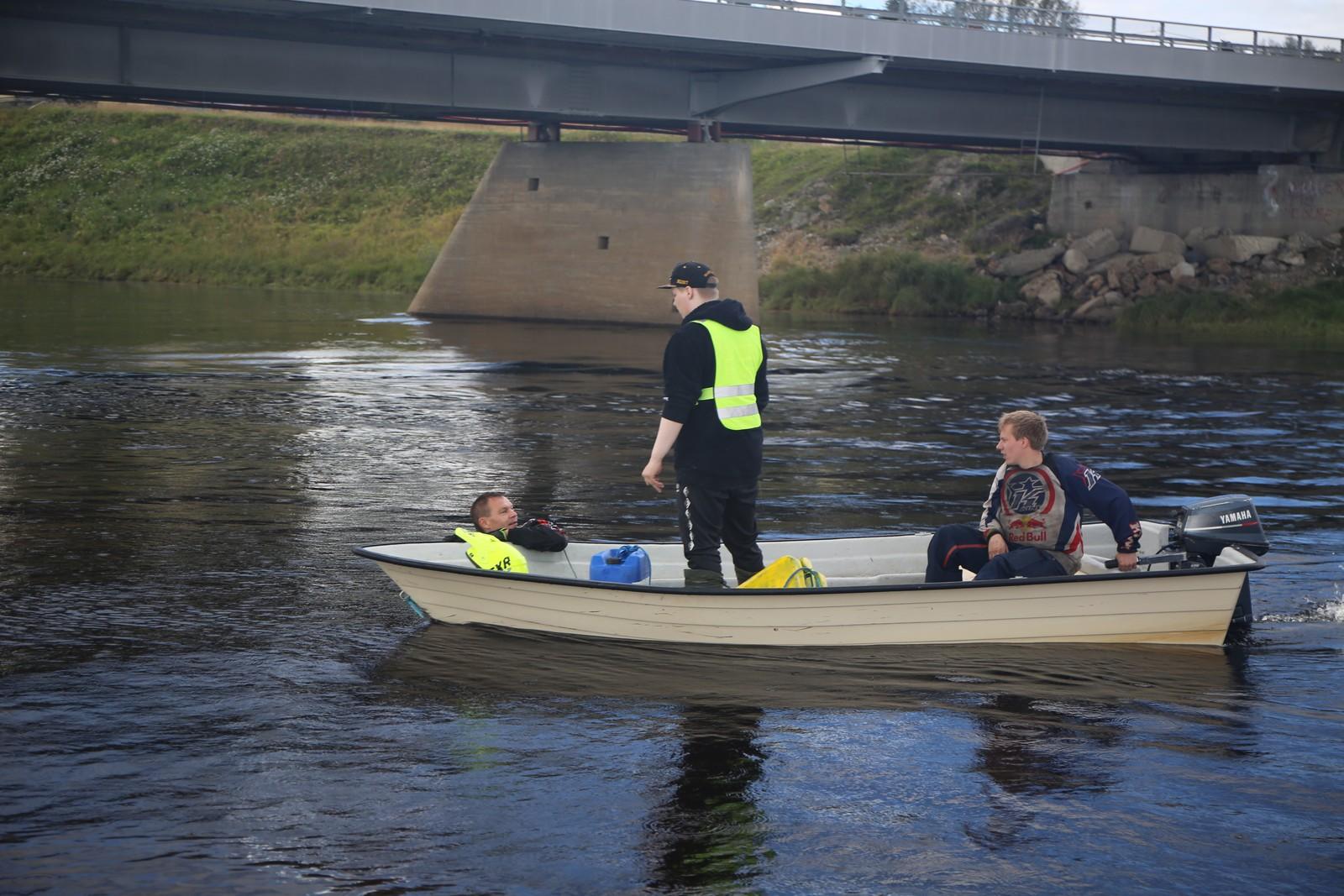 Inge Hansen plukkes opp etter en frisk svømmetur.