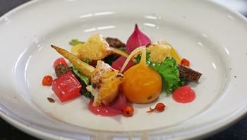 Salat med grønnkål, rognebærgelé, sylta grønnsaker og stekt ost